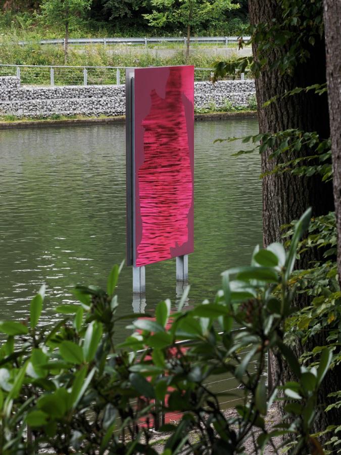 Raymund Kaiser, UELFE_DISPLAY, 2013, Ülfebad in Radevormwald, 2K-Lack, 2 Edelstahlspiegel, beidseitig, je 320 x 175 cm